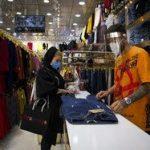 ادامه فعالیت بازارچههای محلی شلوغ اهواز در روزهای تعطیلی کرونا